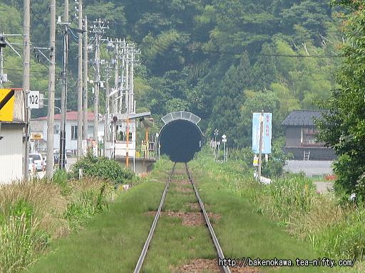 踏切から見た姫川駅