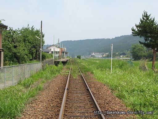 踏切から見た頸城大野駅構内