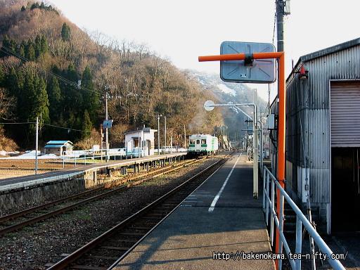 根知駅を出発するキハ52形気動車その3