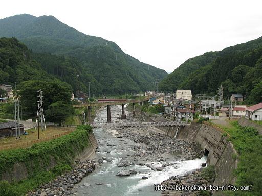 大糸線の鉄橋と川向こうの温泉街その2