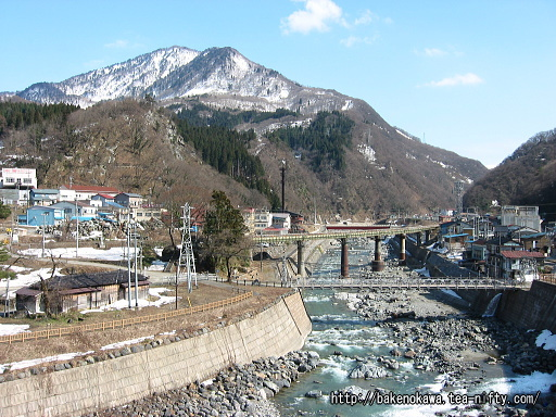 大糸線の鉄橋と川向こうの温泉街その1
