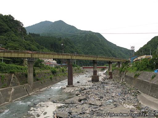 橋の上から見た大糸線の鉄橋