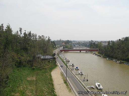 橋上から見た新川の上流側