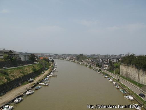 橋上から見た新川の下流側