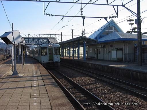 ,鼠ヶ関駅で待機中のキハ110系気動車