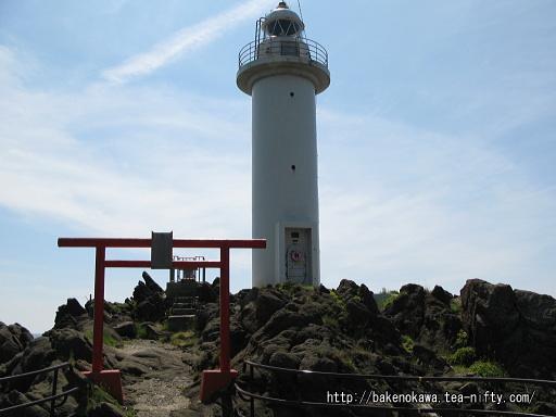 弁天島頂上の鳥居と鼠ヶ関灯台