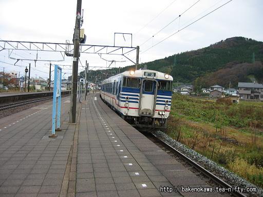 鼠ヶ関駅に到着するキハ40
