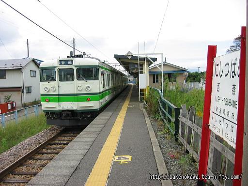 西燕駅に停車中の115系電車