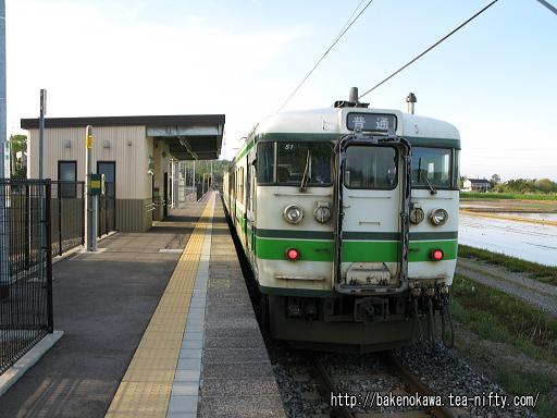 荒浜駅を出発した115系電車