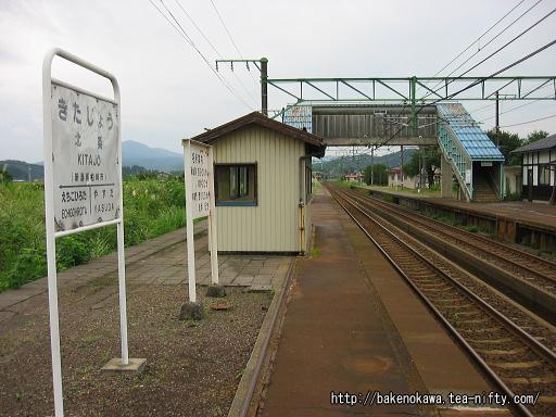 昔の駅名標と名所案内板と待合室
