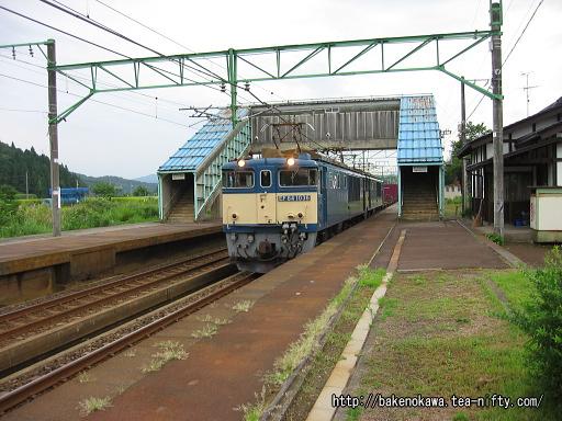 北条駅を通過するEF64形電気機関車重連牽引の貨物列車