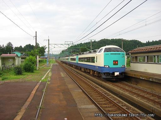 北条駅を通過する485系電車特急「北越」その1