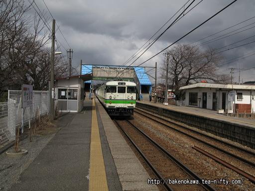 田上駅を出発する115系電車