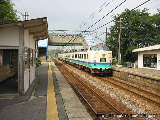 田上駅を通過する485系電車快速「くびき野」
