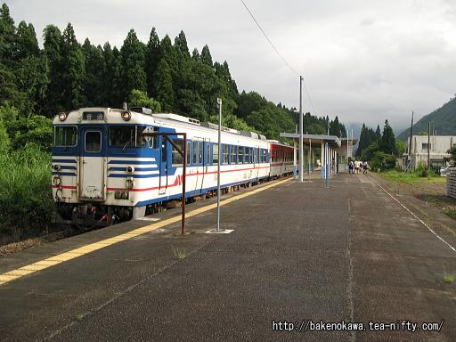 三川駅を出発するキハ40系気動車