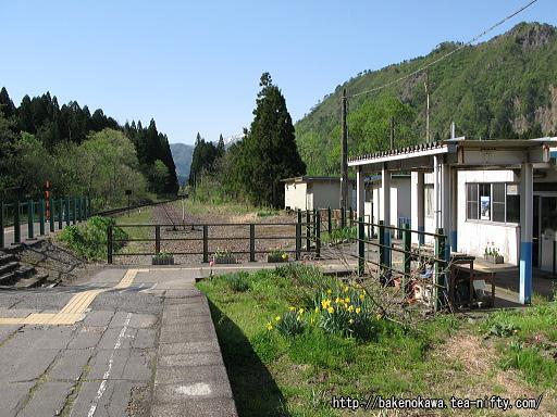 駅舎とホームの連絡通路