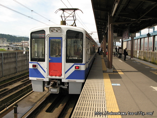 十日町駅で列車交換中のほくほく線HK100型電車その1