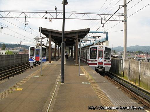 十日町駅で列車交換中のほくほく線HK100型電車その2