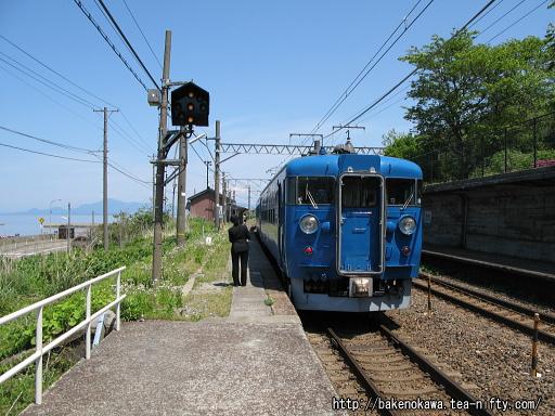 有間川駅に停車中の475系電車その2