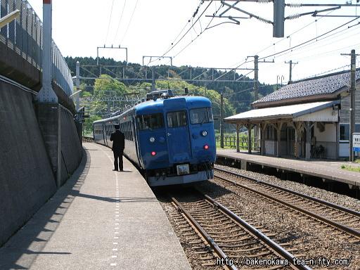 有間川駅に停車中の475系電車その1