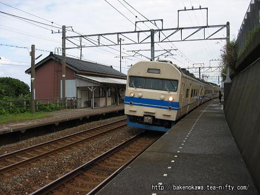 有間川駅に停車中の419系電車