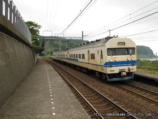 有間川駅に進入する419系電車