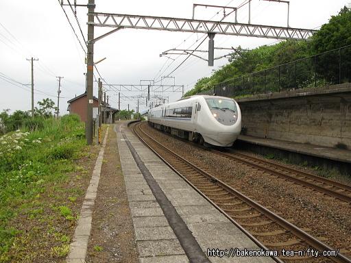 有間川駅を通過する特急「はくたか」その1