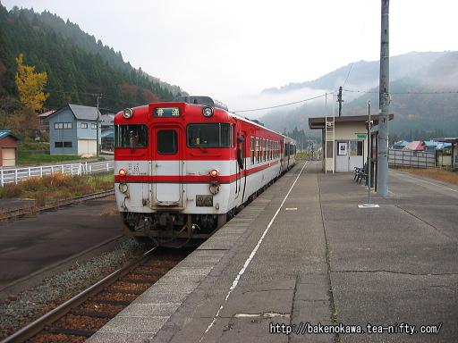 日出谷駅を出発するキハ40系気動車