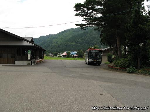 日出谷駅前で待機中の路線バスその1