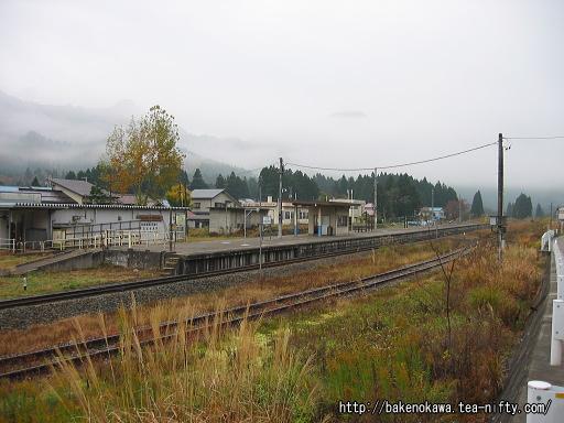 駅舎反対側の道路から見た日出谷駅全景