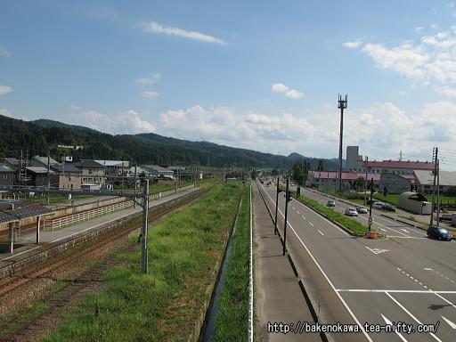 陸橋上から見た越後滝谷駅と国道17号線