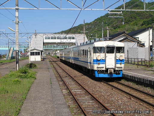谷浜駅に停車中の475系電車