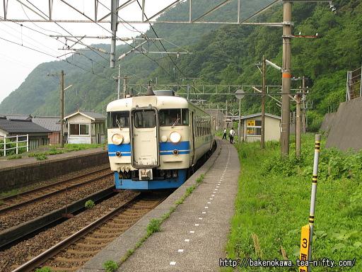 浦本駅を出発する475系電車その1