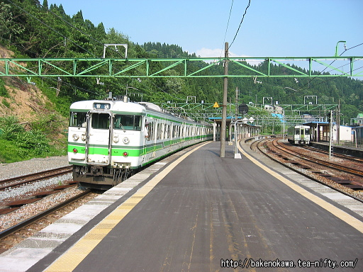 越後川口駅に停車する115系電車