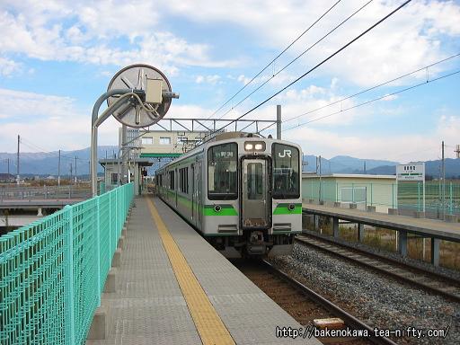 西新発田駅を出発する、E127系電車