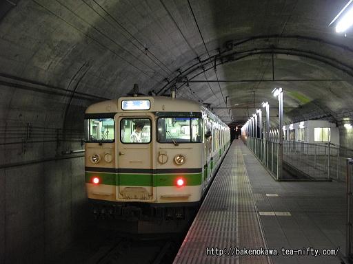 土合駅地下ホームに到着した115系電車その2