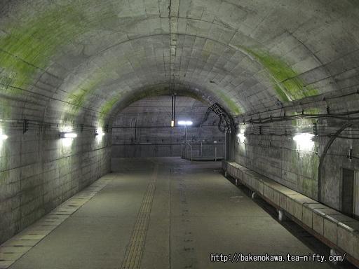 地下トンネルへの階段その2