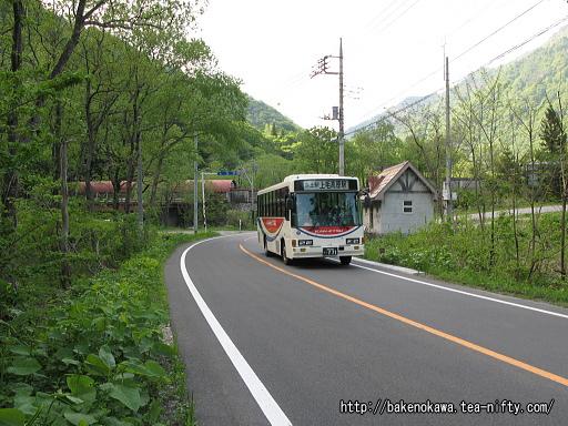 土合駅前を通過する路線バス