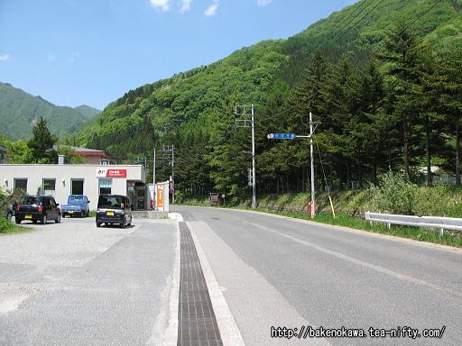 湯檜曽駅前の国道291号線