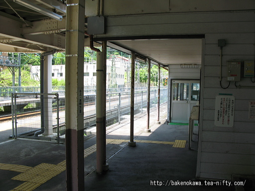 上りホームから見た駅舎その1
