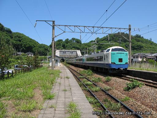 勝木駅を通過する485系電車特急「いなほ」その一
