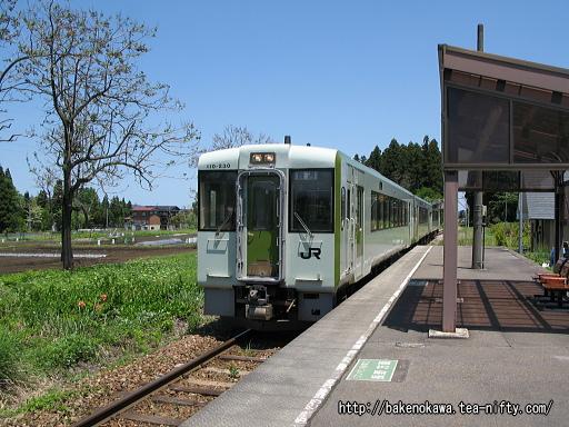 土市駅に到着したキハ110系気動車