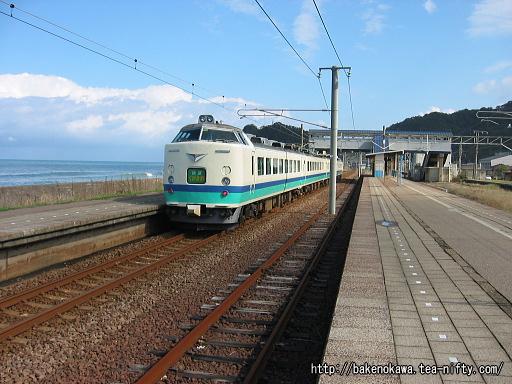 米山駅を通過する485系電車快速「くびき野」