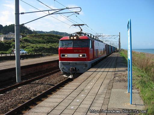 米山駅を通過するEF510形電気機関車牽引の貨物列車