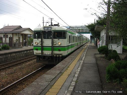 保内駅に到着した115系電車