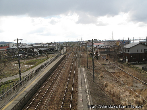 跨線橋上から見た保内駅構内その2
