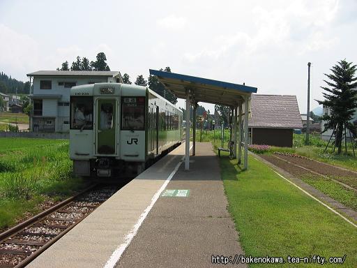 越後水沢駅に停車中のキハ110系気動車