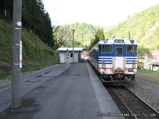 豊実駅を出発するキハ40系気動車