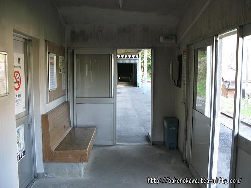 ホーム上の待合室その1