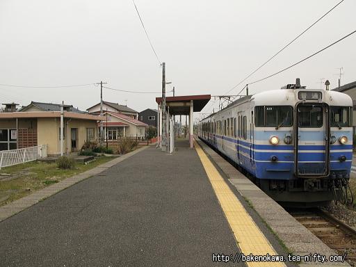 粟生津駅に到着した115系電車